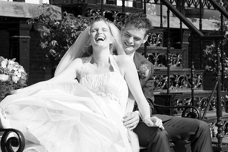 Wat een pret in de tuinen van kasteel Rosendeal. Foto: Vreugd Fotografie Trouwreportage / bruidsfotografie / bruidsfotograaf / huwelijk / bruiloft / wedding / weddingphotography / fotoshoot / reportage