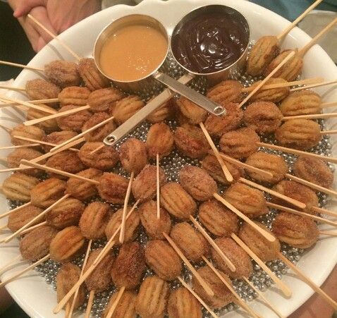 Mini churros, chocolate e doce de leite