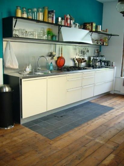 Keukenidee, houten vloer doorleggen of een aantal tegels Door nicole1984