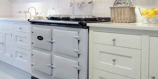 KLASSISKE KOMFYRER: Komfyrer har en sentral plass på kjøkkenet. Og det er mye fint å velge i for den den som ønsker seg en frittstående modell i klassisk stil. Komfyren på bildet er en AGA til kr 138 400.