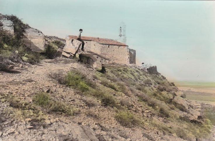 """La ermita de San Juan, en el centro de la foto esta la """"piedra santiguadera"""", se hace una cruz con una piedra y se lanza por la ladera. Si alguien puede aportar algo más sobre esta foto... Foto cedida por Amelia Miró."""