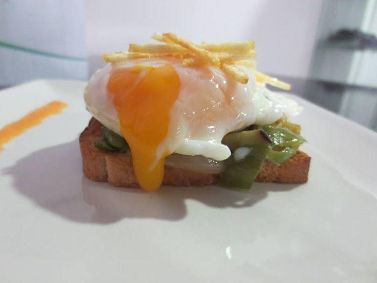 Huevo poche sobre tosta de Verduritas de la Huerta.
