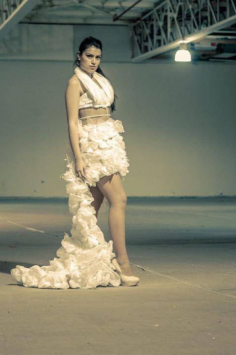 Plástico Reciclado Vestido, hecho con materiales reciclados, como bolsas y botellas. Diseño: Jemina Silva y Selma Gallardo Fotografía: Bernardo Aedo