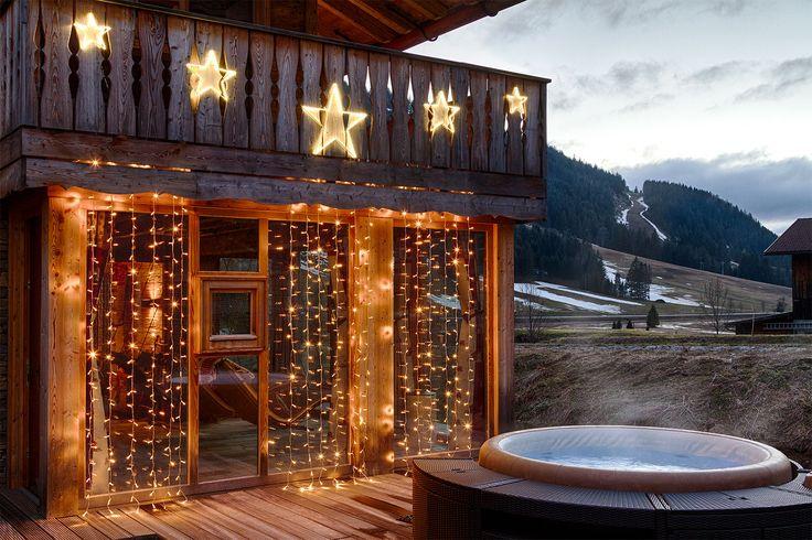A Natale decora le porte a vetro con tende di lucine led, falle brillare nell'oscurità