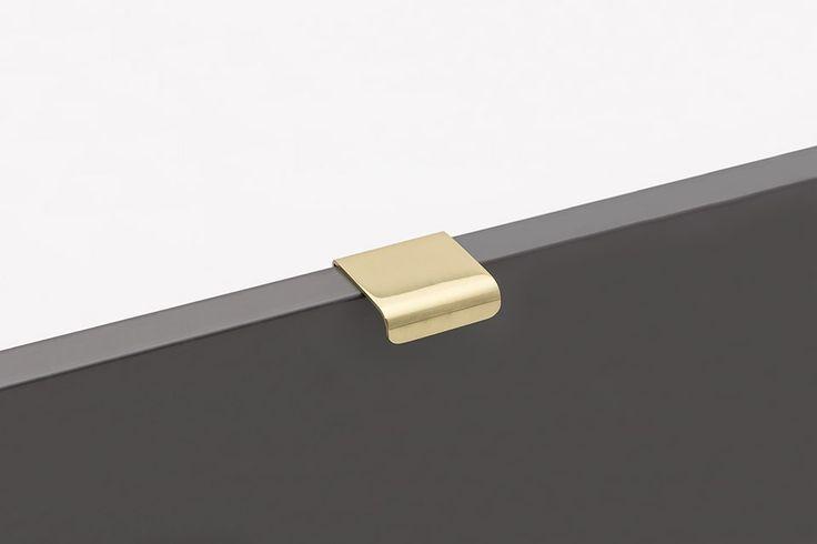 Lip är ett klassiskt designat handtag i polerad mässing från svenska Beslag Design. Diskret design med tydlig designkaraktär. Monteras på luckans