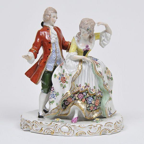Grupo escultórico em porcelana européia policromada e dourada representando casal de nobres em traje
