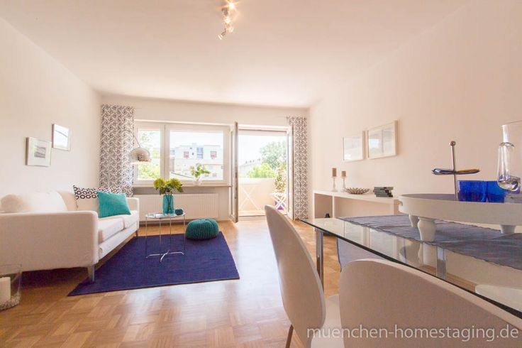 Home Staging: Blaue und türkise Accessoires bringen an heißen Sommermonaten gefühlte Abkühlung.