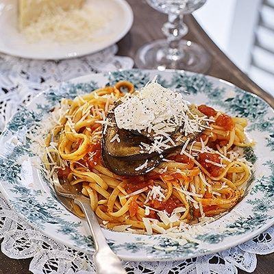 Pasta alla norma (pasta med aubergine, tomat, ricotta och basilika)
