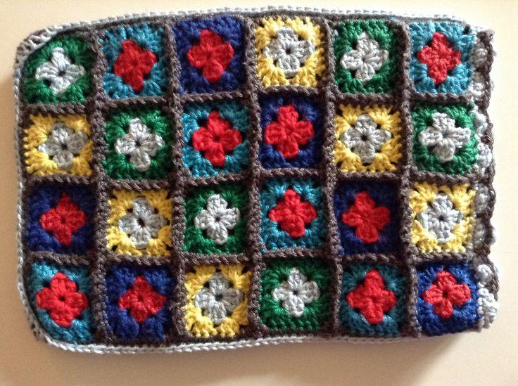 Gehaakte kleine granny-squares voor ipad mini.