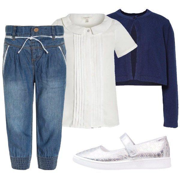 Outfit composto da jeans vita alta con cintura, camicetta a maniche corte bianca, cardigan blu con un solo bottone e ballerine argentate con cinturino alla caviglia.