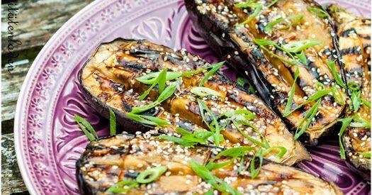 W enn man schon einmal grillt, dann sollte man die Gelegenheit auch nutzen und Auberginen auf dem Grill garen, denn die schmecken - und das...