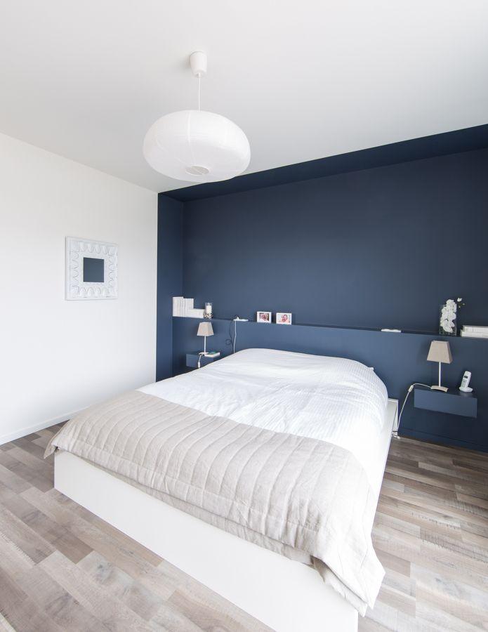 Una stanza neutra prende vita grazie alla parete blu che crea una sorta di quinta scenica