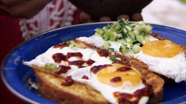 Skilte egg er en vanlig meksikansk frokostrett med stekte egg. Navnet har den fått fordi eggene får to helt forskjellige sauser, en rød, varm og krydret og en grønn, kald og ikke fullt så krydret. Den grønne sausen lages vanligvis med tomatillos (en slektning til physalis), men det går også fint med eple og urter.