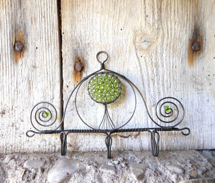 Háček(3) - strom Háček je vyroben z černého drátu a dozdoben skleněnými perličkami. Háček je velký cca 16x11cm. Je možno ho použít na ručník, klíče......Ve vlhku může chytit patinu, je ošetřen proti korozi. Cena za kus.