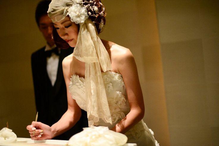 チャペルセレモニー 誓約書に署名する新婦