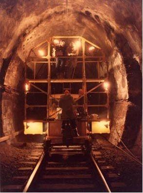 1984 - il dott. Antonio Bracci effettua uno dei primi rilievi georadar in Italia, verificando le pareti della Galleria Bastardo (PR). L'anno prima aveva acquistato il primo sistema GPR - Ground Penetrating Radar - in Italia [fornitura Codevintec].
