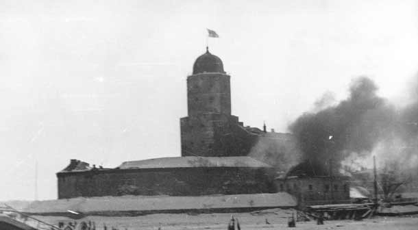 Viipuriinlinna / Viipuri Castle on fire 13.3.1940 just after the cease fire which ended the Winter War is declared at 11.00. The tower still flies the #Finnish flag, which was lowered at 14.00 13.3.1940. Viipuri was ceded from #Finland to #Russia, recaptured in 1941 and again ceded to Russia at the end of WWII. The city is now known as Vyborg. The castle still stands.