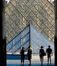 """Die Glaspyramide ist das neue Eingangsgebäude des """"Louvre"""" (Rechte: Mauritius) Ralph Ueltzhoeffer."""