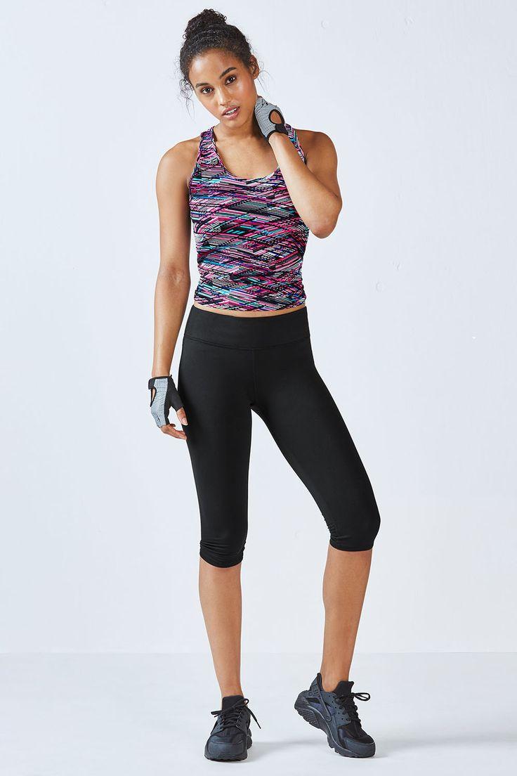 Optez pour cette tenue pour avoir un ensemble léger et respirant. Le débardeur haute performance et le bas à la matière de compression seront vos prochains part