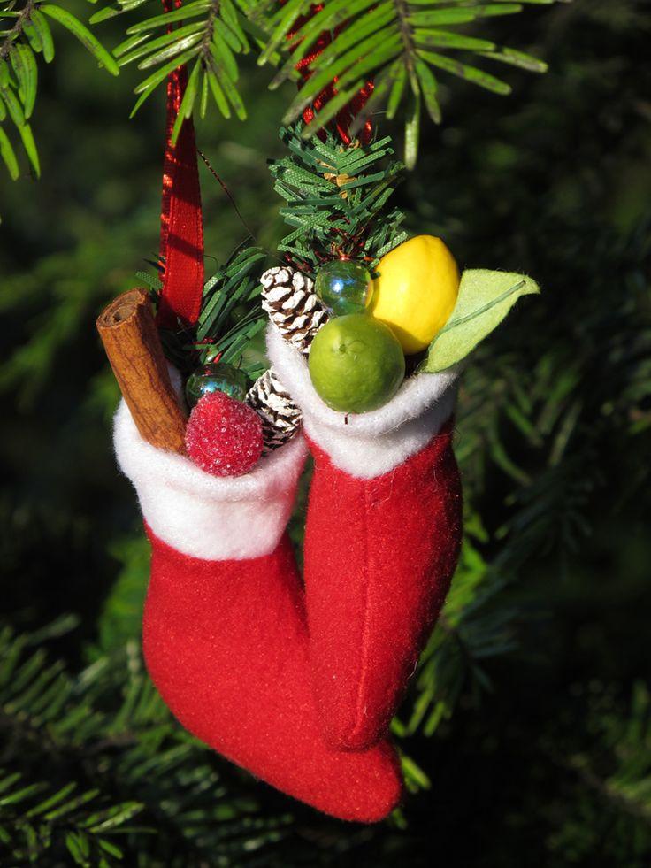 a pair of Christmas boots (egy pár karácsonyi csizmácska)
