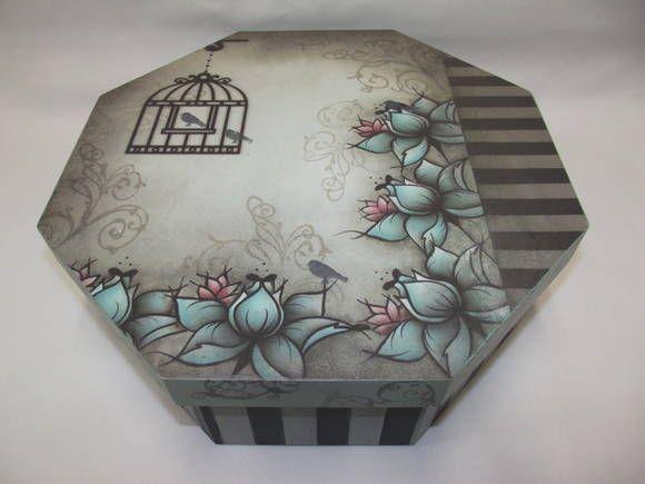 Caixa em MDF, oitavada grande, decorada com pintura, decoupagem e carimbos. Na sua parte interna possui 4 divisões. R$ 58,00