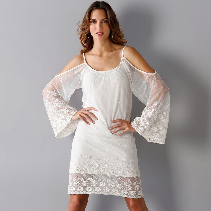 Blanche porte robe a volant