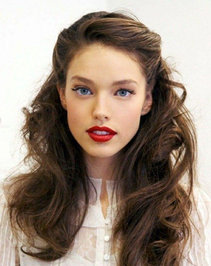 couleur chatain clair, yeux bleus clairs levres rouges foncés, cheveux boucles librements tombants
