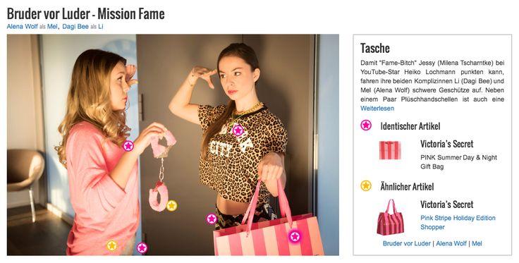 """Damit """"Fame-Bitch"""" Jessy (Milena Tscharntke) bei YouTube-Star Heiko Lochmann punkten kann, fahren ihre beiden Komplizinnen Li (Dagi Bee) und Mel (Alena Wolf) schwere Geschütze auf. Neben einem Paar Plüschhandschellen ist auch eine Shoppingtüte von Victoria's Secret mit von der Partie. In der Tasche befinden sich noch einige weitere verruchte Accessoires, die Jessys Look in Szene setzten sollen. Aber auch die pink gestreifte Tasche an sich passt irgendwie zum schrillen Outfit von Mel."""