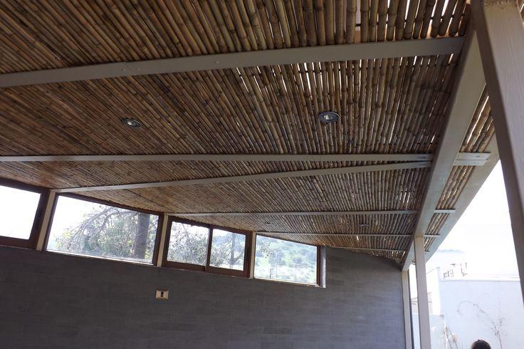Cielo ornamental realizado con panel rígido de varas de bambú colihue, cubriendo la estructura entre vigas, el detalle particular es que estos están con la luminaria incluida en los paneles