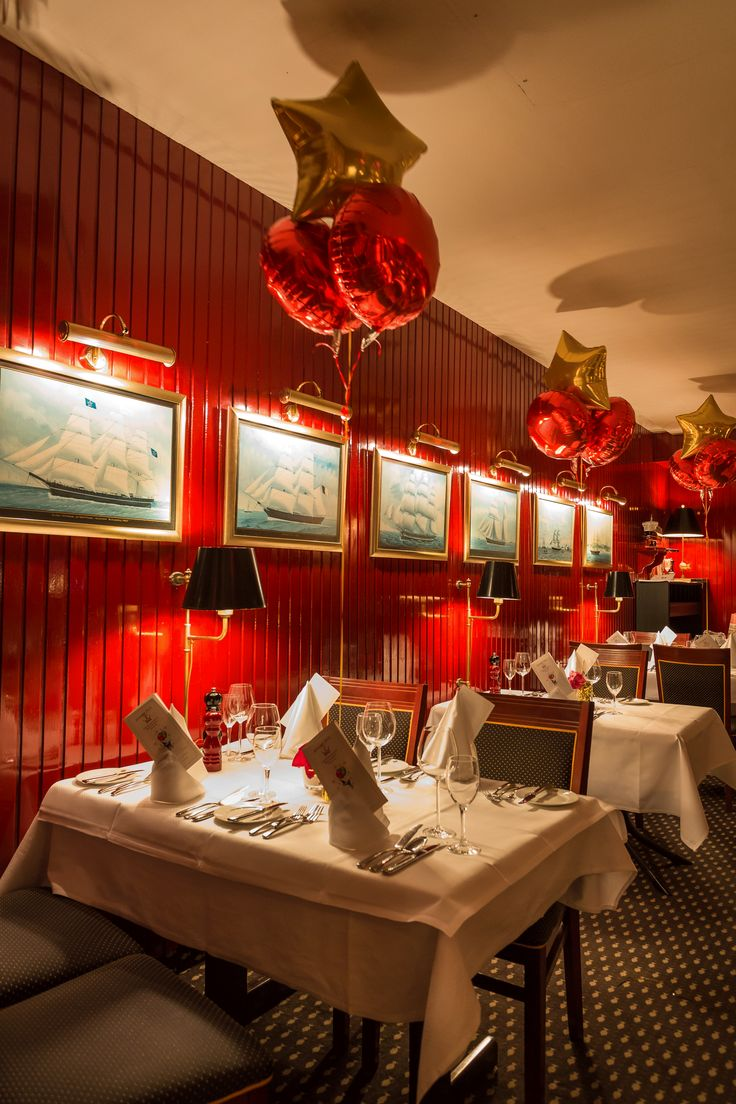 Silvester Ballondekoration in Rot-Gold im Hamburger Fischereihafen Restaurant - EventExpress24 #ballons #silvester #fischereihafen #eventdekoration #eventexpress #ballondekoration #ballondeko #silvesterdeko
