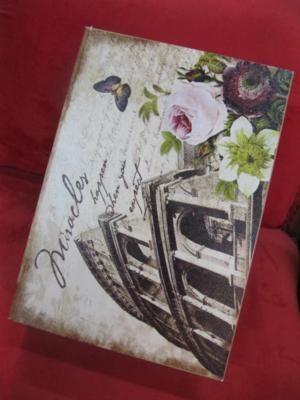 Linda caixa decorativa em madeira com tema floral.