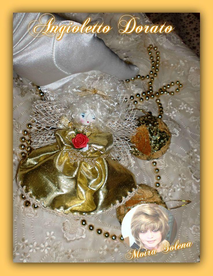 """Angioletto dorato cucito con ago e filo.  Stoffa """"carta di cioccolatino"""" scintillante e profumato...realizzato su di una pallina di Natale che funge da sottogonna. https://www.facebook.com/LeBamboleDiMoiraSolena/"""