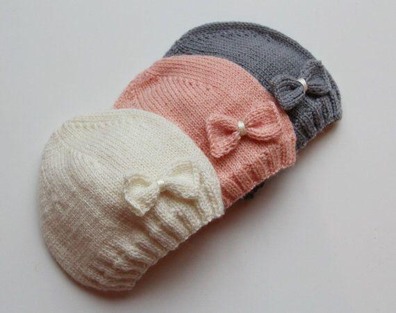 Hand gestrickte Baby Mütze / Neugeborenen gestrickte Baby Mütze / Merinowolle baby Hut / baby Mädchen Hut / hand gestrickte Babybekleidung von PetitMoutonFrancais auf Etsy https://www.etsy.com/de/listing/176235507/hand-gestrickte-baby-mutze-neugeborenen