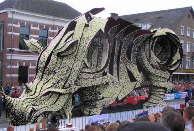 esculturas gigantes hechas de flores