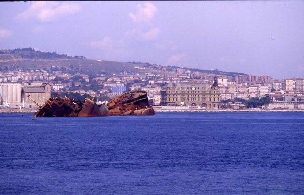 1980'lerin sonuna kadar denizde kalan Independenta enkazı. Haydarpaşa açıkları.