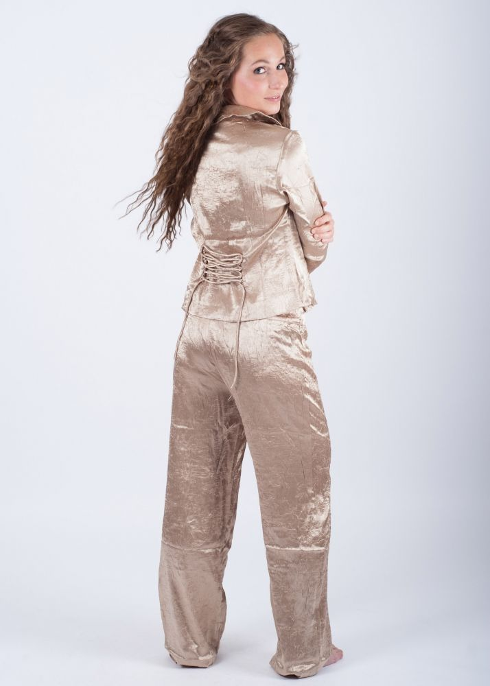 Crinkle är en exklusiv pyjamas i ett härlig guldfärgat tyg med många läckra detaljer.   Material: 100% polyester.