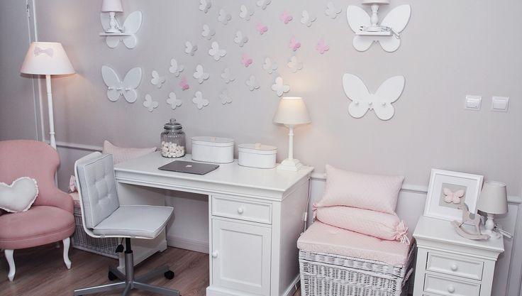 Duży, bardzo wygodny fotelik wkolorze jasnego różu, który nadaje się zarówno dla osoby dorosłej, jak ikilkuletniego dziecka., wzbogaci każde wnętrze. Kolor