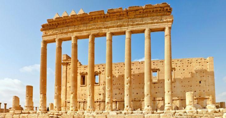 """O Templo de Bel é considerada a ruína """"mais bem preservada"""" em Palmira, antiga cidade que integrava a Rota da Seda na Síria. O templo é consagrado ao deus semítico Baal, que era adorado pelos habitantes, assim como o deus lunar Aglibol e o """"senhor da primavera"""" Yarhibol, formando o centro da vida religiosa em Palmira"""