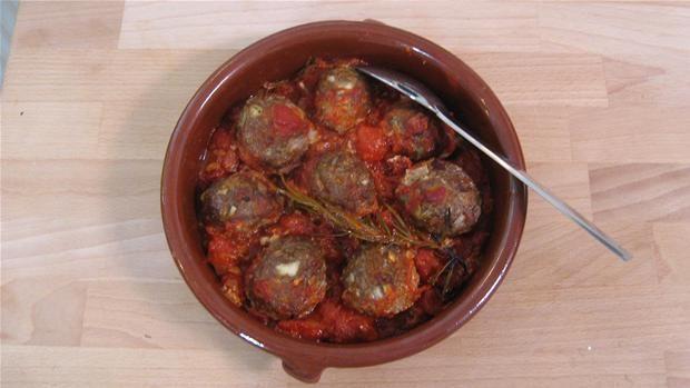 Krydrede kødboller i tomatsauce Lav dine helt egne kødboller krydret med hvidløg, paprika, rosmarin. Her serveres de i tomatsauce.