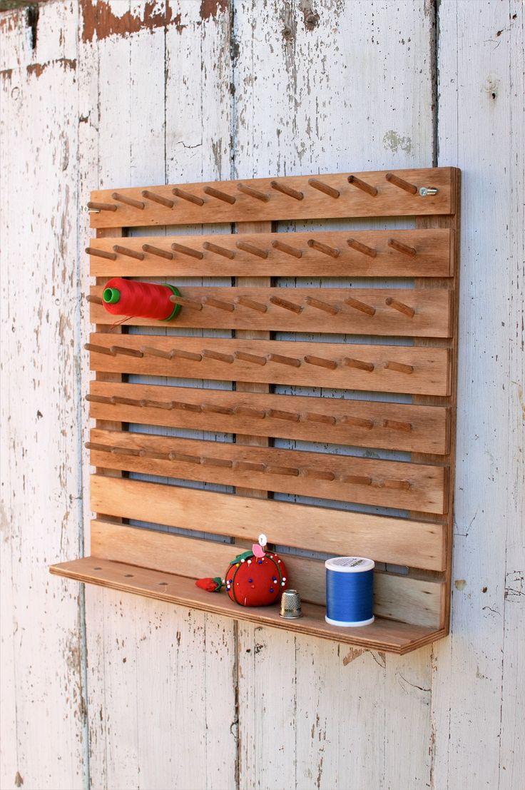 Soporte de madera con capacidad para 60 bobinas de hilo y colgar en la pared. Ten los hilos de patchwork ordenados y a mano. Adquiérelo en Patch Creatures