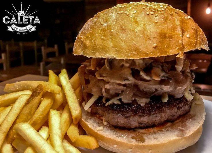 Viernes para ser feliz #LaCaletadeSants  Hamburguesa Encaletada: 200 gr de ternera de Black Angus crema de hongos cebolla caramelizada queso cheddar mayonesa kétchup y patatas fritas.  L'hamburguesa Encaletada: 200 gr de vedella de Black Angus crema de fongs ceba caramelizada formatge cheddar maionesa kétchup i patates fregides.  Encaletatada Burger: 200 grams of Black Angus beef wild mushroom cream caramelized onion cheddar cheese mayonnaise and ketchup.  Cocina abierta 12:00 a 24:00…