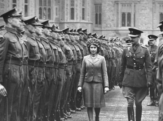 В апреле 2016 года английская королева отпраздновала 90-летие, в связи со знаменательным событием мы вспомнили самые яркие моменты из жизни Елизаветы II.