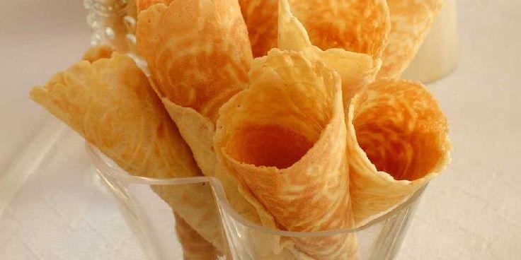 Krumkaker - Her er de klassiske krumkakene. Du trenger et krumkakejern for å lage dem. Det viktigste krydderet er kardemomme.
