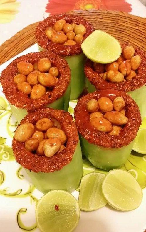 PEPINOS LOCOS. Corta varios pepinos por la mitad y sácales las semillas cuidadosamente para no romperlos. Escárchalos con chamoy y chile en polvo, agrega al interior cacahuates japoneses, limón, sal y chile al gusto.