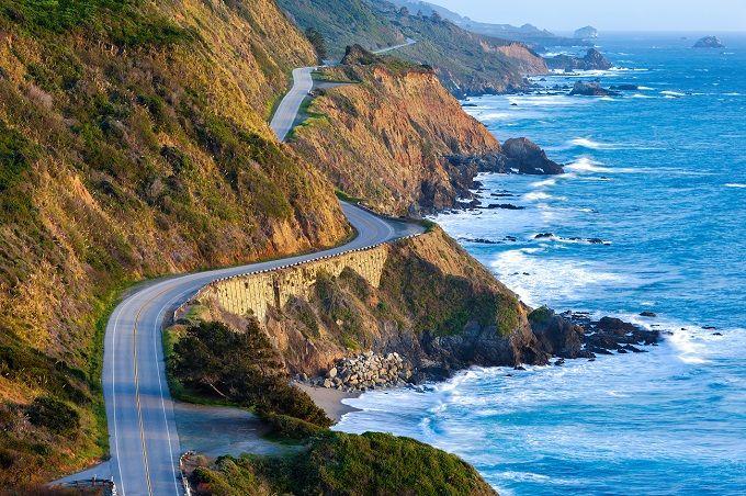Pacific Coast Highway, Estados Unidos Alquila un coche clásico americano y conduce entre San Diego y Seattle, atravesando tres estados y parando en lugares tan increíbles como San Francisco o la mítica Los Ángeles en California. Es el viaje por carretera más típicos de Estados Unidos, con el Océano Pacífico como telón de fondo durante la travesía.