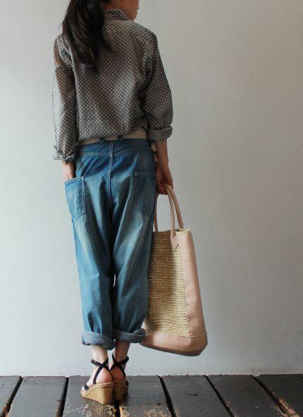 Loose jeans, print blouse, espadrilles wedge, straw shopper