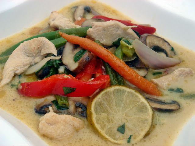 Thai, kókusztejes csirkeragu leves sok zöldséggel, zöld curryvel (fázisfotókkal)