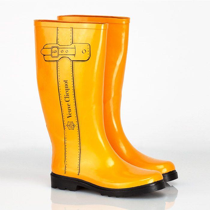 Yellow Label Rain Boots - Champagne Veuve Clicquot Der Hingucker für jede Wetterlage - mit den Yellow Label Rain Boots in der Größe 40/41 ist Ihnen bei jeder Witterung die Aufmerksamkeit sicher und Sie sind bei Wind und Wetter stets zu einem Glas Champagner bereit.