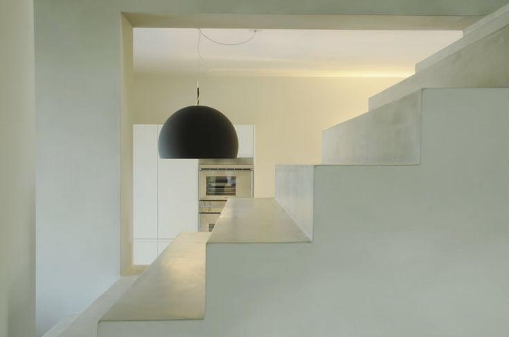 Scalinata con rivestimento in resina monocromatica realizzata per un ambiente a uso domestico