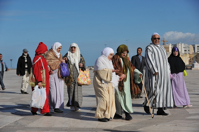 #Casablanca, #Morocco. Andare o non andare? Casablanca ti interesserà se sei un viaggiatore più che un turista. Se vai in giro per conto tuo e non vieni portato a spasso su un pullman. Se ti incuriosiscono le grandi città dove vivono milioni di persone. Se sei interessato a capire come vanno le cose e non solo a vedere i monumenti. Se ti piace andare un po' più in là di dove vanno quasi tutti gli altri.